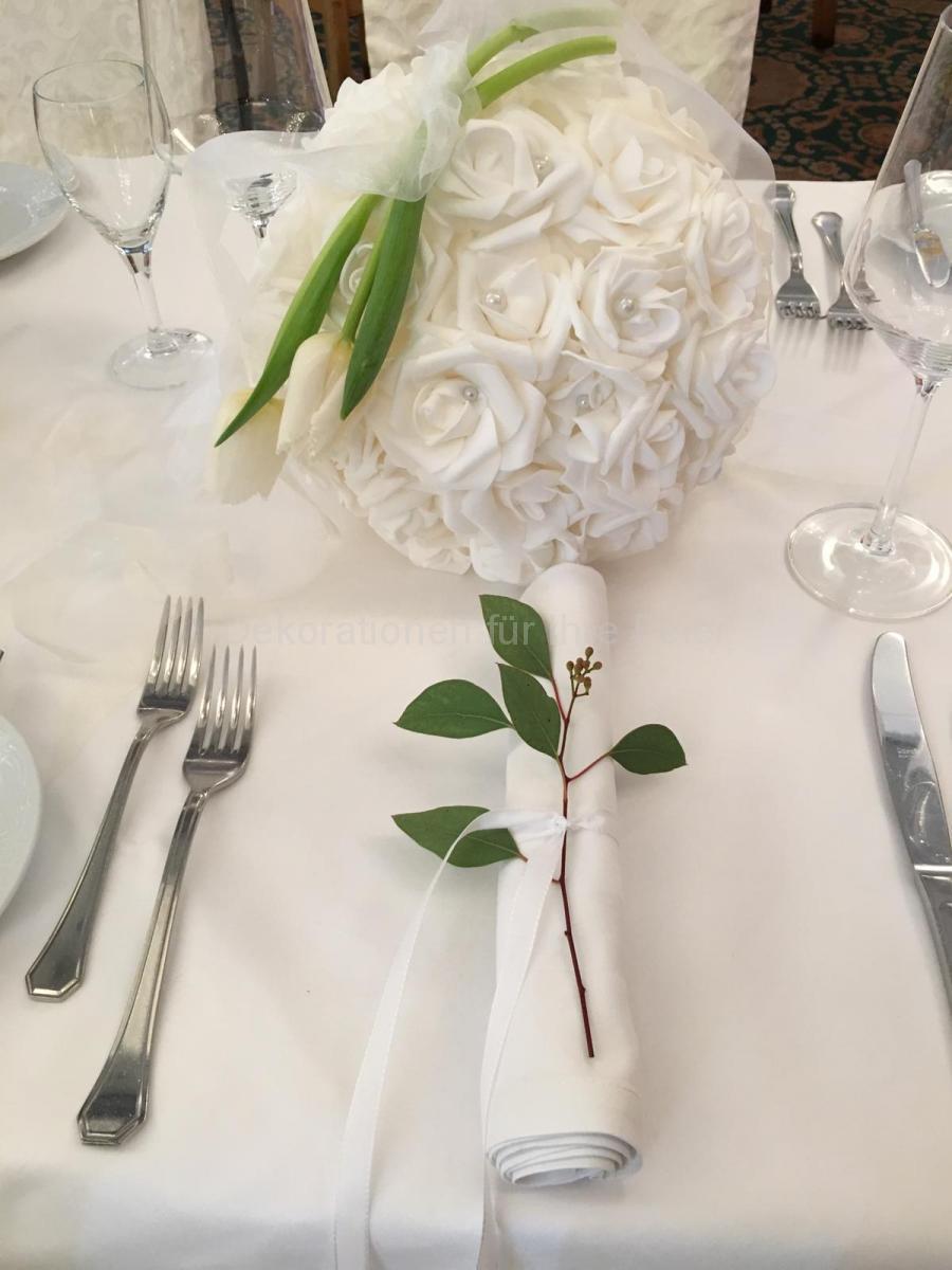 Hochzeits-Tischdekoration in weiß, Rosenkugel mit frischen Tulpen und feinen weißen Bänder, Elegant und Edel! Große weiße Rosen schmücken die Kugel. Darauf liegen zwei weiße Tulpen. Weiße Organza-Bänder fallen seitlich leicht nach links und recht und schmücken den Tisch zusätzlich.