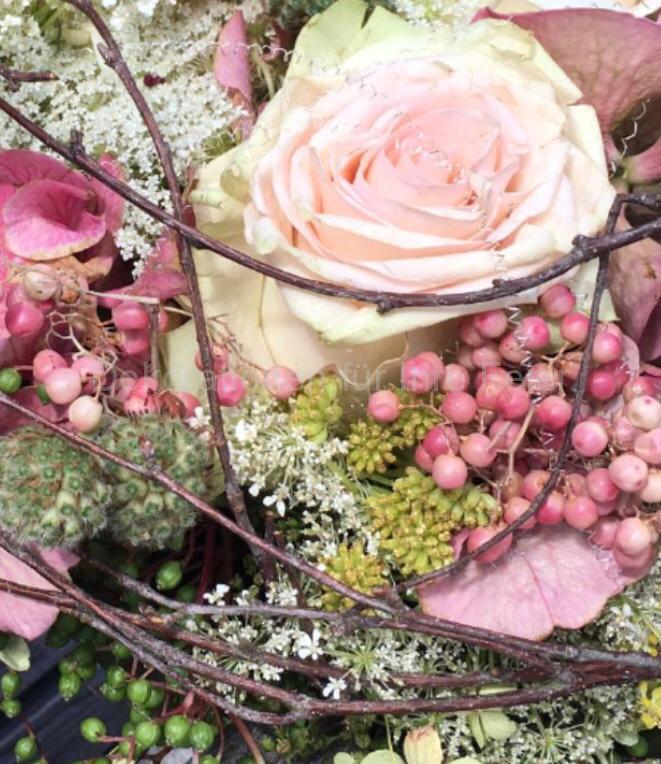 Kleiner verspielter Brautstrauß aus blass-rosa Rosen mit mehrfarbigem rosa Pfeffer ausgefüllt mit Wiesenblüten.