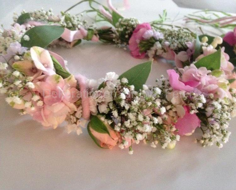 Ein Kopfkranz für die Blumenmädchen. Für die Mädchen, die Blumen streuen wollen ist es fast ein Muss. Kleine Blüten aufwendig verarbeitet mit Satin-Schleifen.