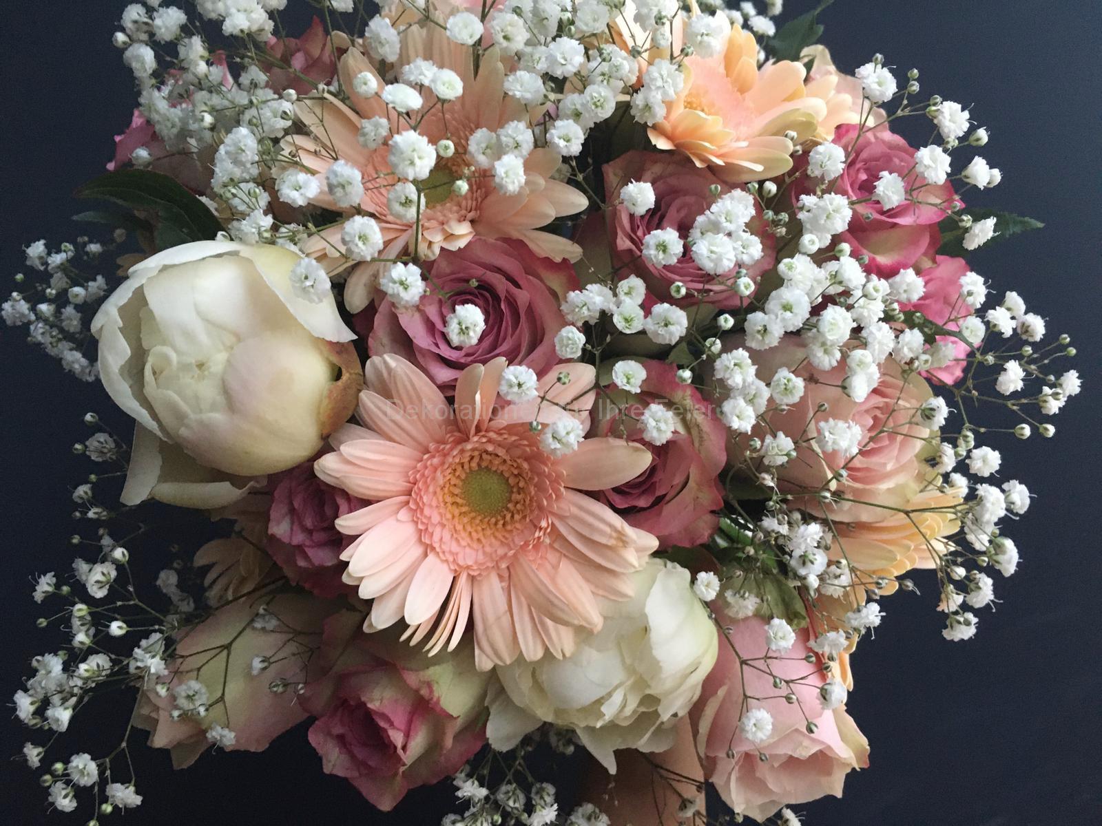 Bezaubernder Blumenstrauß in rosa, weiß und grün, Ansicht von oben