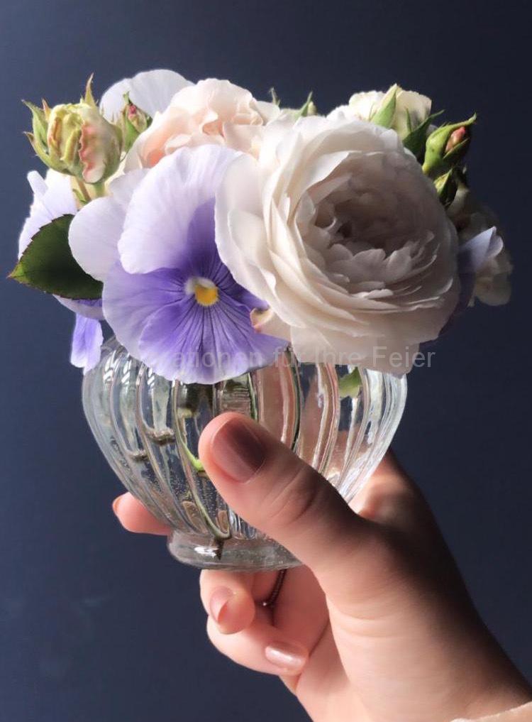 In ganz kleine Vase ,ganz kleiner Sträußchen .Duftende kleine Rosen mit vielen Knospen und ein paar Stiefmütterchen -mehr braucht man nicht