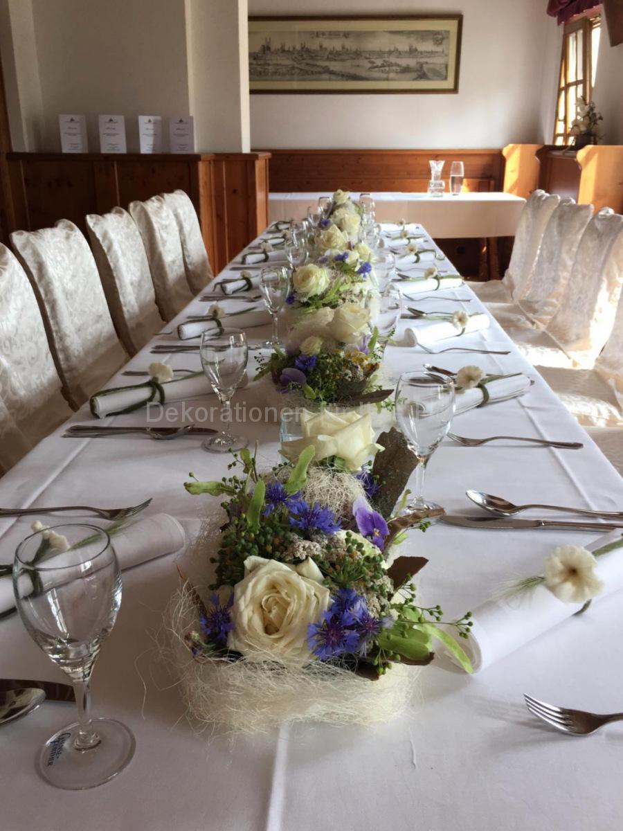 Blauweiße Hochzeitstisch-Deko, weiße EdelRosen in Gesellschaft von zarten Stiefmütterchen und Feldblumen, Lindenblüten und Wiesenblumen. Gut abgestimmt ergibt das eine feierliche Note
