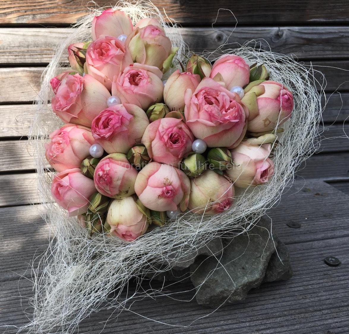 Ein Strauß der Liebe - rosarote Rosen in Herzform zu einem Strauß gebunden. Das wird ihr Herz erwärmen!