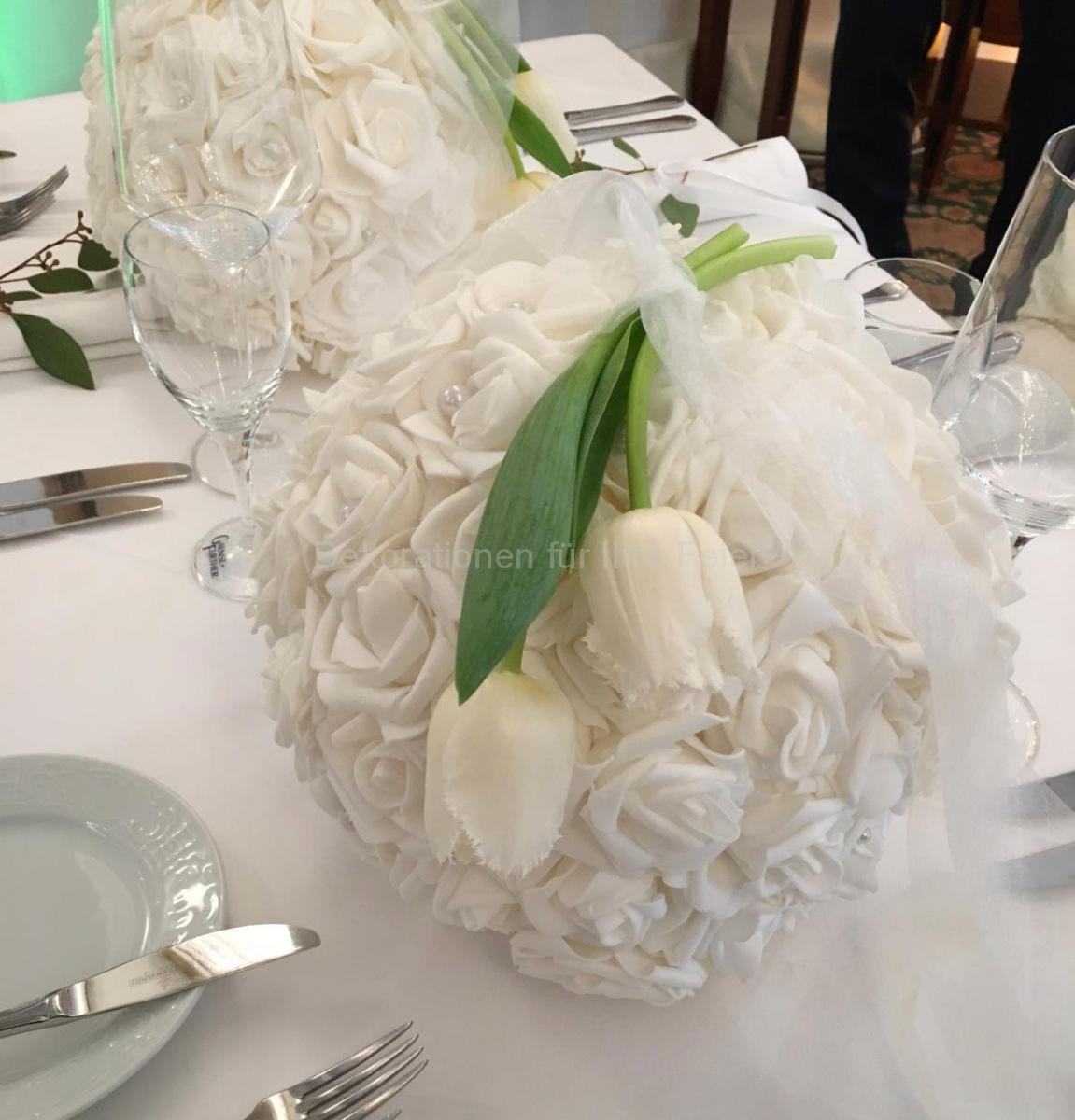 Deko Blog - Hochzeitstisch-Deko - klassisch in weiß, Dialog zwischen Tulpen und Rosen