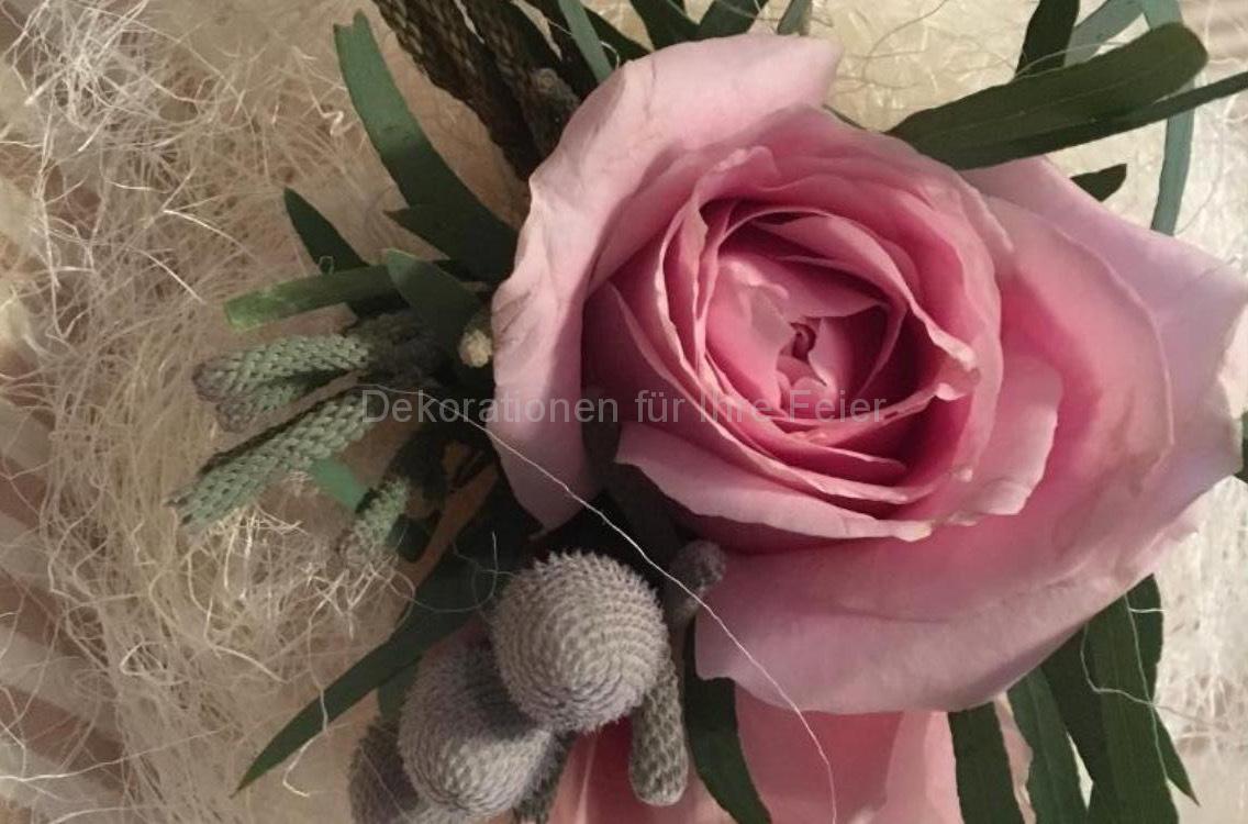 Kräftig rosa Rose schön dekoriert