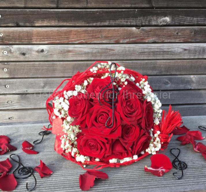 Brautstrauß aus roten Rosen. Rot als Farbe der Liebe - macht diesen Strauß sehr beliebt .mit Schleierkraut als Umrandung und einer Manschette in rot ist der Strauß perfekt für Verliebte und das Ja -Wort! Rot ist auch die Farbe des Feuers und der Hitze, es signalisiert aktives Leben. Was passt besser zu so einem Tag!