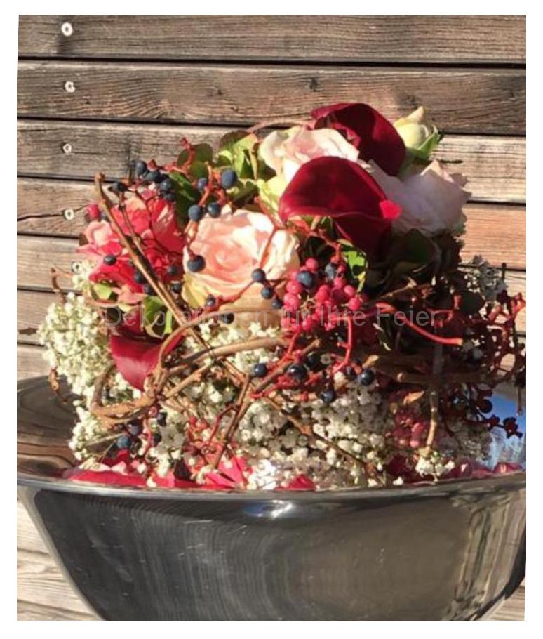 Brautstrauß, kräftige Farben von zart-rosa bis dunkelrot, verspielt und  interessant. Ideal für die kühle Zeit. Rosen und kleine Kallas gibt es immer. Ranken mit Beeren von wildem Wein  findet man in der Natur.  Verwickelte Ranken geben dem Strauß noch das gewisse Etwas.