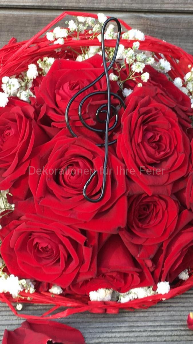 Strauß mit roten Rosen mit kleinen weißen Blüten-Verzierungen