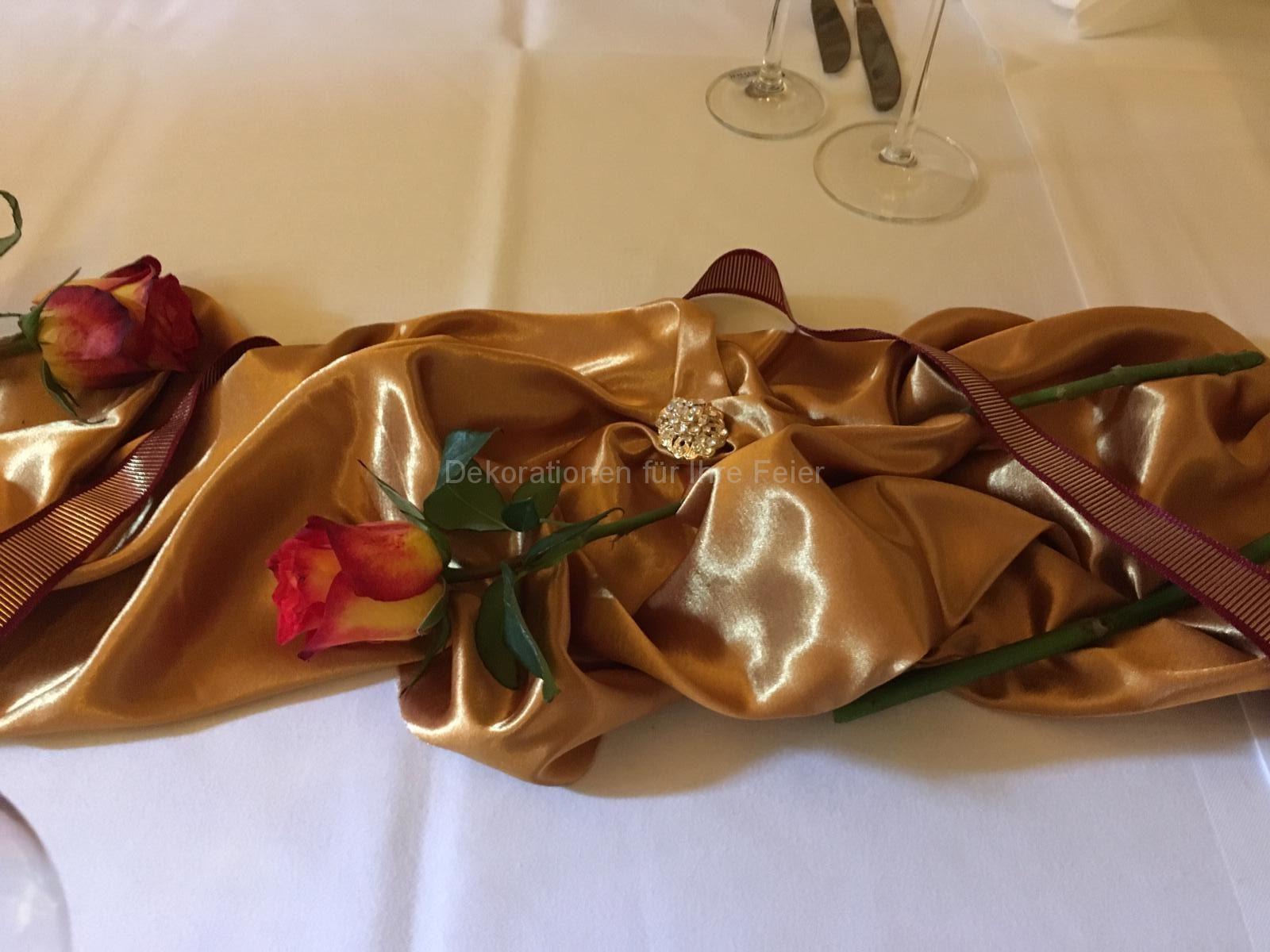 Warme Töne - glänzender Ockergelber Stoff, goldene Brosche und weinrote Bänder geben eine feierliche Note. Dazu passend eine dicke Rose in Ockergelb und dunkelrot wirkt durch elegante Schlichtheit, feierlich und außergewöhnlich.