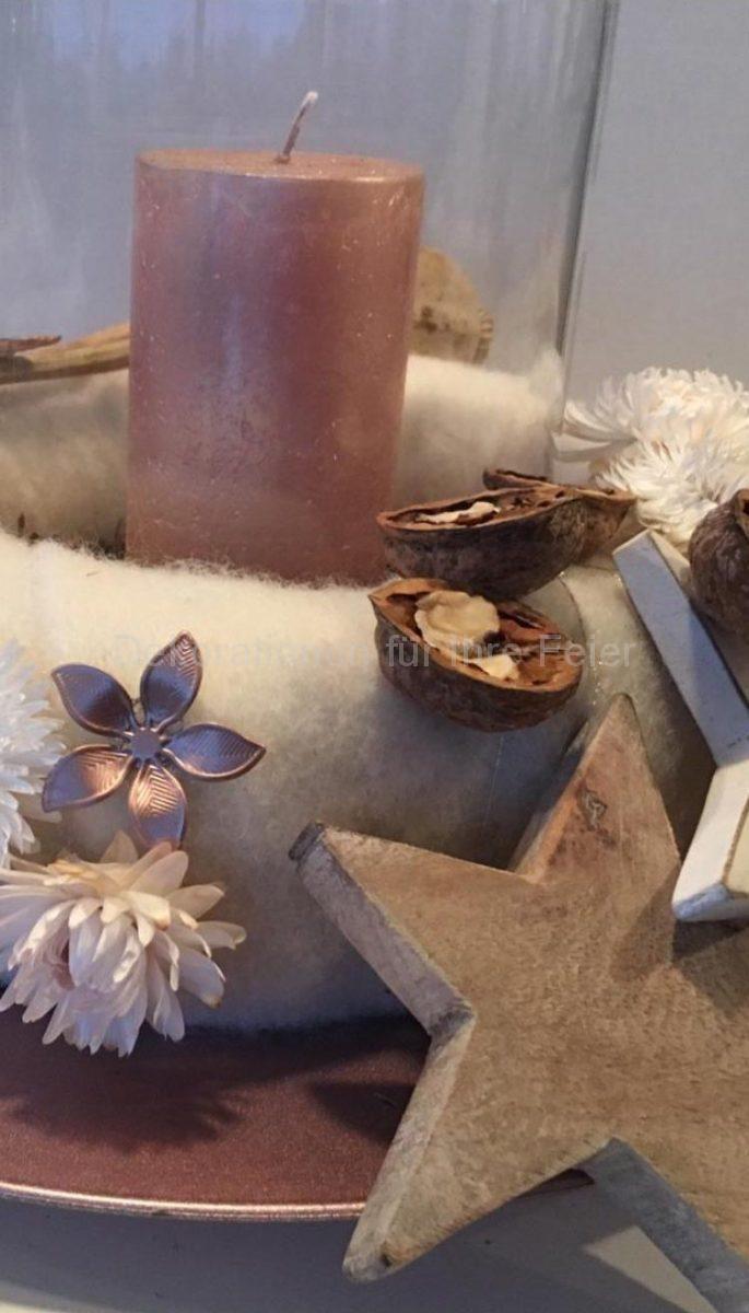 Ein  paar Details von den Advents Kranz .Der Kranz ist umhüllt in weißen wollen Stoff ,geschmückt mit weißen trocken Strohblumen ,Metallblüten in rosé ,gleichfarbige rose  Kerze ist mittig gestellt .Ein Holzstern und gleichfarbige Wallnuss Hälften abrunden das ganze