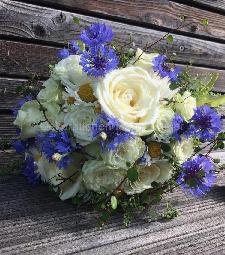 Kleiner Sommerlicher Brautstrauß im weiß blau .Grosse weiße Rose und viele kleine Röschen mit blauen Kornblumen ,Margeriten und Lindenblüten .