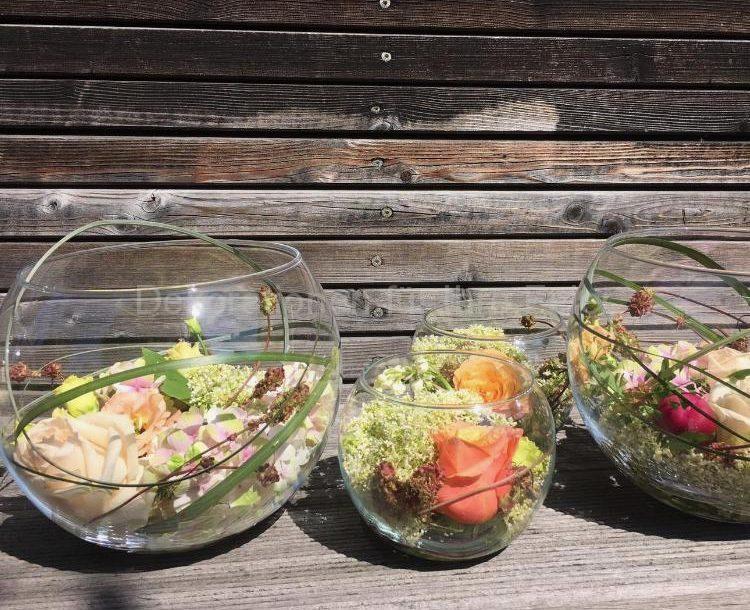 Kleine und große Aquarium Vasen gefühlt mit Blumen und Gras Halmen .