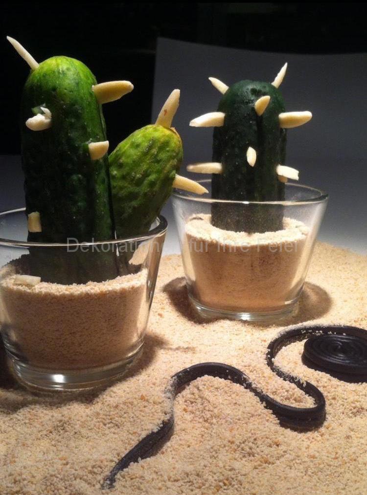 Essbares aus der Wüste : Sandlandschaft aus Semmelbrösel , Schlangen aus gerollten Lakritz und Kakteen im Glas aus kleinen Einmach Gurken mit Mandelsplitter aus Stachel .