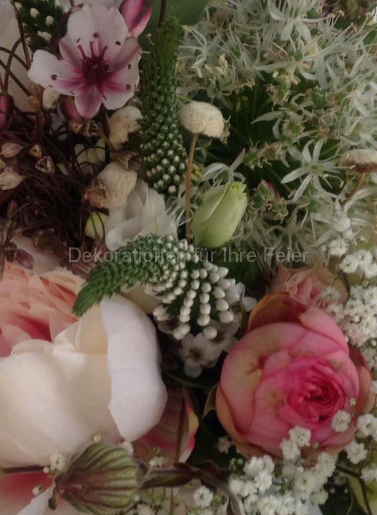 Kopf an Kopf vertragen sich auf engstem Raum verschiedene Sorten Blumen mal länglich und schmal, mal rund, mal offen, mal Knospen, mal eine einzelne große Blüte oder viele kleine Blüten an einem Stiel, aber alles bleibt harmonisch und bildet die meist gewählten Hochzeits-Farben, rosa und weiß.