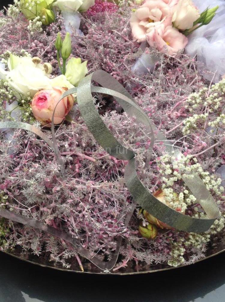 Ringe können sich verstecken in wunderschönen rosa weißem Trockenkranz, ergänzt mit frischen Blüten. Weiße Federn und Organza Bänder ergeben eine schöne, luftige Leichtigkeit