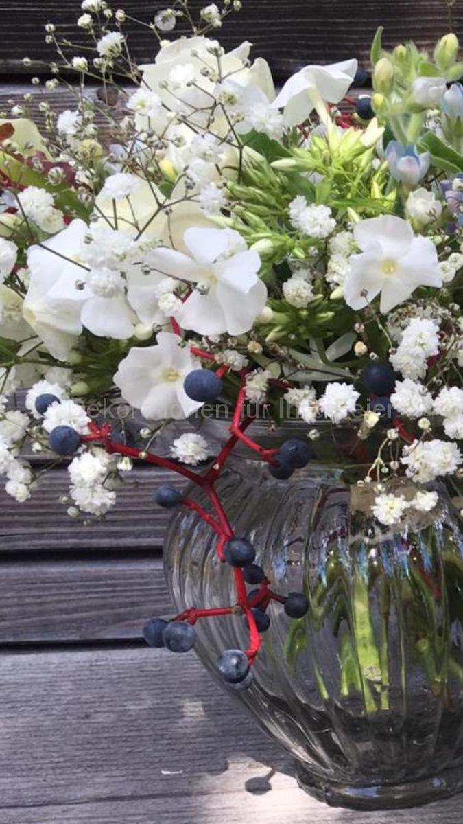 Mini Form - Mini Blumen aber große Wirkung, kleine Kallas in weiß, Schleierkraut im weiß und als Augenweide kleine dunkle blaue Wildwein-Beeren mit roten Stängeln. Sehr schöner und zarter Brautstrauß mit Mini-Rosen.
