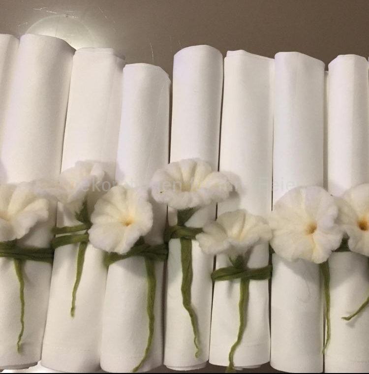 Hochzeitsservietten, weiße Stoffservietten umwickelt mit Filzblumen. Gleichzeitig als Geschenk für die Gäste - Weiß mit Grün - Reinheit gepaart mit Natur!