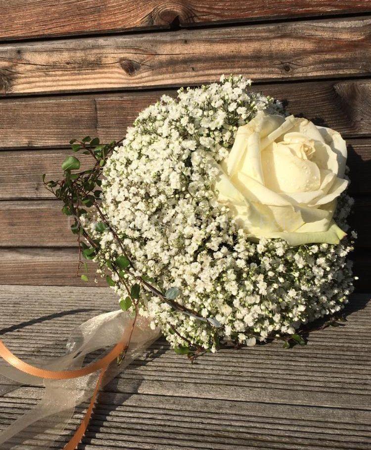 Klein aber fein! Kleiner Brautstrauß aus klassischen und gerne genommenen  Schleierkraut, runde Form. Mittig eine einzelne dicke weiße Rose kommt in voller Schönheit zur Geltung. Zarte grüne Ranken mit feinen Blättchen gibt dem ganzen einen verspielten Charakter.