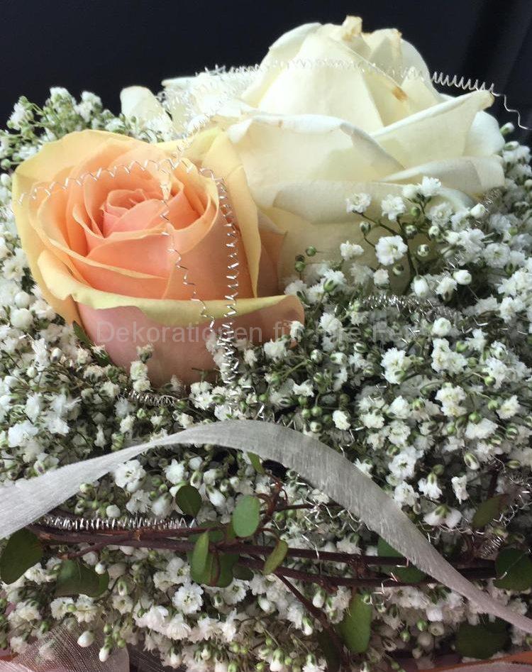 Schlichter Brautstrauß mit 2 dicken Rosen Kopf an Kopf schmiegen sie sich aneinander, umrandet mit Schleierkraut und dünnen Schleifen in passenden Farben, Lachs und Eierschale, sehr wirkungsvoll durch Konzentration auf das wesentliche