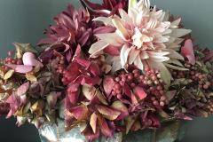 Wunderschöner Blumentopf mit kräftigen und sanften Rotbraun Farben mit einer hellrosa-weißen Blüte