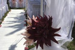 Trauung im Freien - Rosenbogen oder andere Blüten sind möglich. Hier nahm ich wunderschöne rosa und weinrote Chrysanthemen mit weißem Tüll umhüllten Bogen. Weißer Teppich wurde mit Rosen geschmückt. Seitlich befinden sich weiße Metall-Stäbe reich mit dicken rosa Satin-Schleifen und Rosen geschmückt.