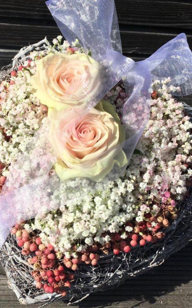 Brautstrauß in Herzform in den Farben weiß bis zart rosa bis kräftig rosa