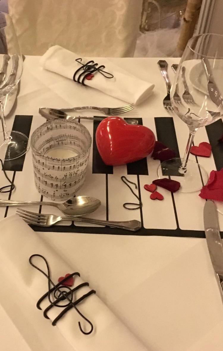 Hochzeits-Deko-Tisch, mehr Liebe geht nicht! Musikalische Note auf dem Tisch verbunden mit der Liebe. Klaviatur, Noten und Violinenschlüssel aus Draht, Notenlinien aus duftendem Lakritz als Servietten Halter. Herzen zum anfassen und anschauen aus verschiedenen Materialien. Teelichter in transparenten Notenhüllen sorgt für die richtige musikalische  Stimmung und Glanz!
